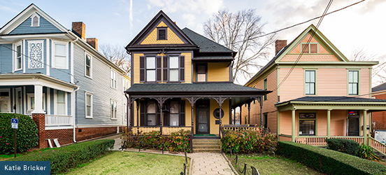 The birth home of Martin Luther King Jr is a yellow, Victorian-style home with dark brown trim and a large front porch which opens up onto a shrub-enclosed front yard
