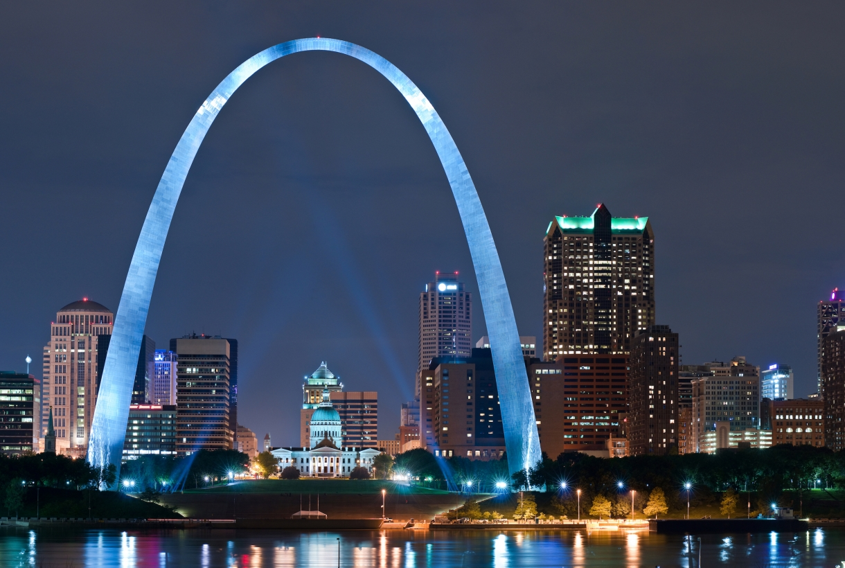 Lit-up Gateway Arch in St. Louis at night