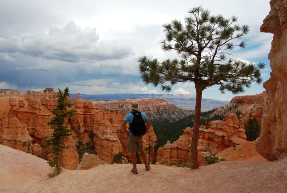 Hikers on the Peekaboo Loop trail in Bryce Canyon