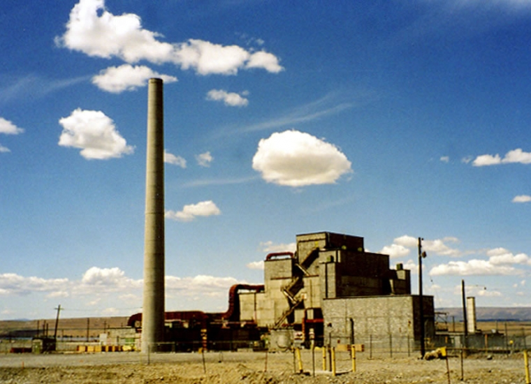 Old photo of a tall concrete reactor tower of the B Reactor at the Hanford location