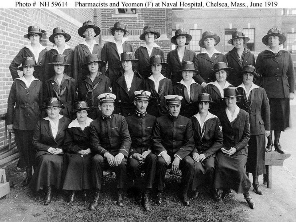 Black and white photo of the female workers, Yeomanettes, during World War I