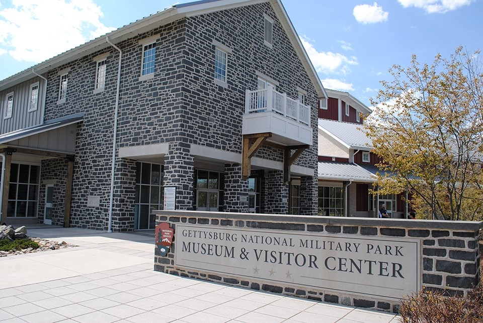 The signage and front of the stone building of the Gettysburg National Military Park