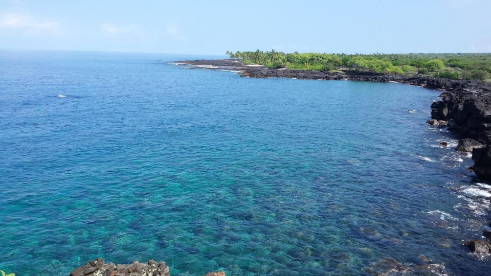 Blue waters of the Pacific Ocean along the coastline of Pu'uhonua O Honaunau National Historic Site