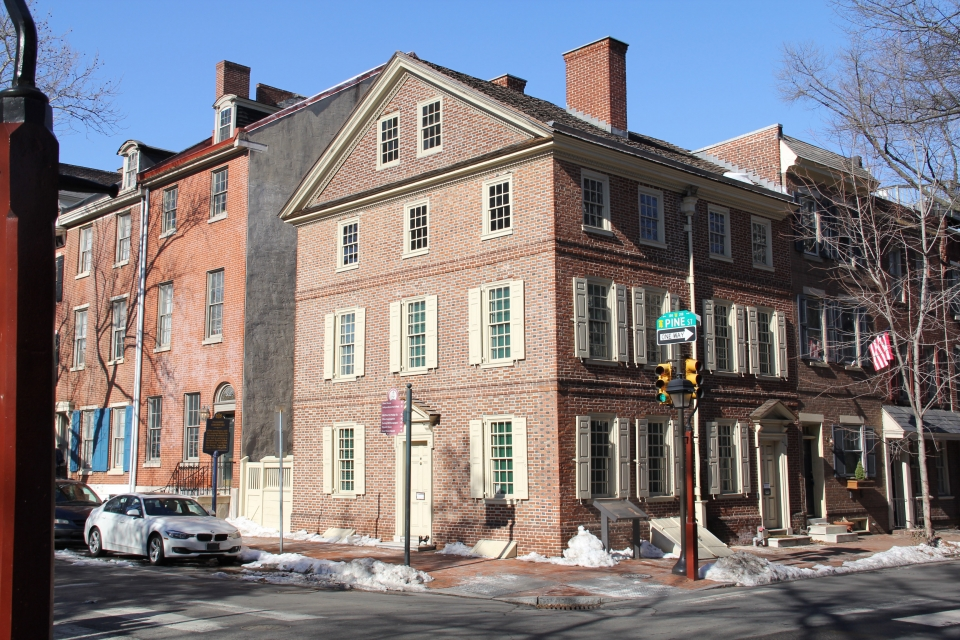 The brick building of Thaddeus Kosciuszko National Monument with many windows with white window shutters on the corner of a block